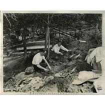 1933 Press Photo Dr. Stewart and Judge Graham at a 300-year-old Indian grave
