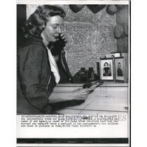 1956 Press Photo Mrs. Richard Ogg receiving word that husband is safe