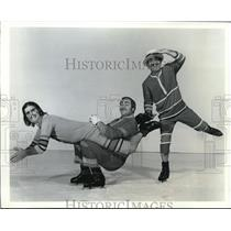 1973 Press Photo Kevin Bubp, Bill Jack, And Bob Ludec Balance On Ice
