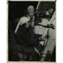 1929 Press Photo The cross warp method of knotting a rug