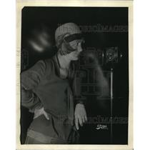 1927 Press Photo Ms Muriel McConnell at WJBT Broadcast, Chicago