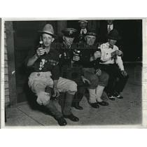1932 Press Photo US Spanish War Veterans Contenting Themselves with Beer