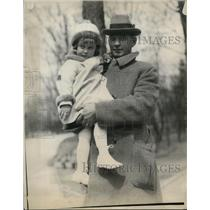 1925 Press Photo Guard Ben Schewe holding Delphine Dodge