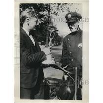 1930 Press Photo Eddie Schneidershowing flying trophy to Ofcr James Dumphy