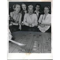 1963 Press Photo People gambling at a Casino - ned42766