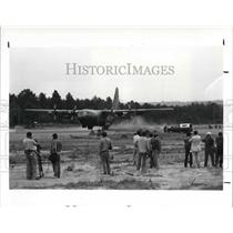 1987 Press Photo Spectators & News Reporters Watch Simulated Jungle Runway