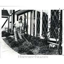1987 Press Photo Carl Frey Disney Groundskeeper