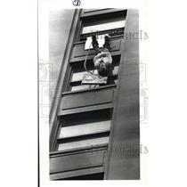 1981 Press Photo Escape Artist Jim Gardner at Stoffers Inn on the square