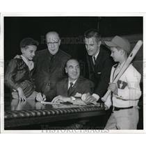 1961 Press Photo Mayor Celebrezze signs a proclamationfor childrens baseball