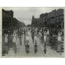 1933 Press Photo Dutch Girls & Boys Scrub Streets in Holland for Parade