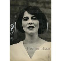 1922 Press Photo A woman displays a smiling faceial expression