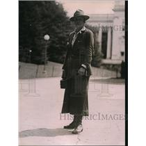 1920 Press Photo Miss Nellie walker who is walking from Boston to Phoenix