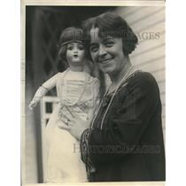1924 Press Photo Miss Laurel Hamilton donates a doll dressed in orugnial costume