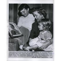 1955 Press Photo Dorothy Williams sits with her children, Susan and Georgianna