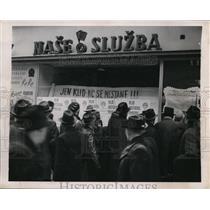 1918 Press Photo Crowded Street Newsstand, Prague, Czech Republic