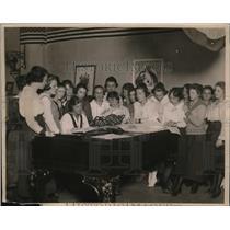 1919 Press Photo YMCA Club at Bush terminal NY women take lunch break