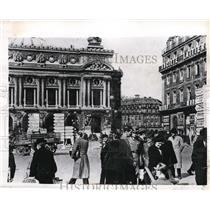 1943 Press Photo Nazi officer in midst of a group of Parisians