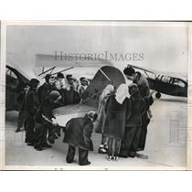 1948 Press Photo C.A Orum show third graders a plane at Univ.of Ill. Airport