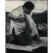 1966 Press Photo Dallas Texas Jesse Osceola wrestles an alligator