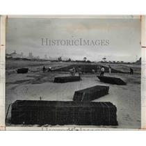 1947 Press Photo The workmen laying temporary metal landing strip on lake front
