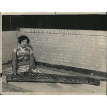 1923 Press Photo Mrs Z Shimigui plays a Koto Japanese instrument