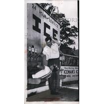 1952 Press Photo Indianapolis R C Throson put a quarter in an ice vending