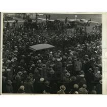 1928 Press Photo Curtiss Filed LI photo shows car surrounded by the crowd as it