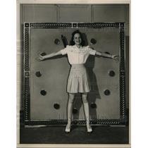 1940 Press Photo Evelyn Lynne NBC star illustrates dimension of chiming clock
