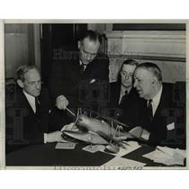 1940 Press Photo Admiral John T. Towers explaining to the members of committee