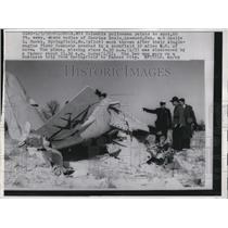 1959 Press Photo Columbia Policeman Points Where Two Died from Plane Crash