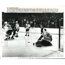 1982 Press Photo Chicago Blackhawks goalie Tony Esposito on shoe on goal
