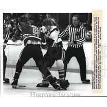 1981 Press Photo Oilers' Glenn Anderson & Black Hawks' Peter Marsh battle