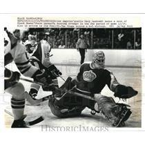 1973 Press Photo Gary Laskowki Los Angeles Goelie make a save of Blackhawks.