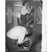1968 Press Photo Police Dusting Armoured Van Fingerprints Seized By Gang