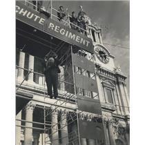1968 Press Photo Parachute Jumping in Forecourt of St. Paul'-Parachute Regiment