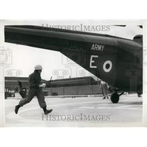 "1959 Press Photo 2nd Lt. Barry Lynch Breaks Record In ""Daily Mail"" Air Race"