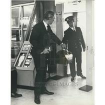 1970 Press Photo Hijacking Precautions Heathrow Airport Metal Detector