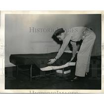 1941 Press Photo U.S. Army Recruit show steps on Bed-making.