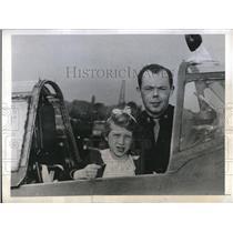 1943 Press Photo Maj. Eugene P.Roberts of U.S. Air force with a British Orphan.