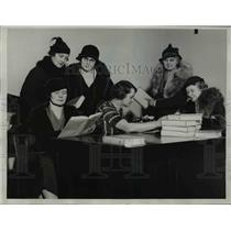 1933 Press Photo Mrs. Roy Woodruff with her friends reading over the newly