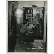 1933 Press Photo Thieves steal 18,000 dollars in gold and platinum.