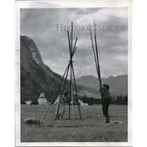 1947 Press Photo Stoney Indians set up teepee at Alberta Canada