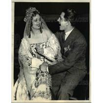1924 Press Photo NYC Claudio Frigerio sings to Dorothy Chapman in Figaro