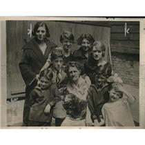 1923 Press Photo  Mrs Mary Lonergan of NYC  & 8 of her 14 kids after shot dad