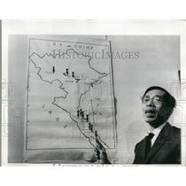 1970 Press Photo Nuguyen Thanh Le points to areas where US dropped tons of bombs