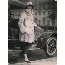 1921 Press Photo Miss Caroline Nash, on a shopping tour of F street