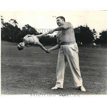 1940 Press Photo N C Merritt and Toddler Patricia Merritt in Acrobatic Stunt
