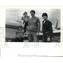 1983 Press Photo Pilot Steve Harmon poses with three youngsters - ora33099