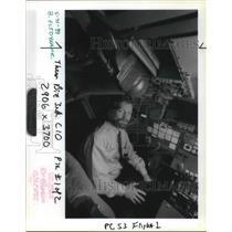 1989 Press Photo John Desmond Of Flight Dynamics Shows Head Up Guidance System