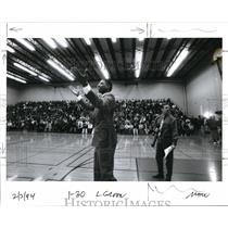 1994 Press Photo A.c. Green of Phoenix Suns Talks to Crowd in Gymnasium
